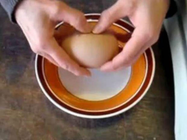 Βίντεο: Δε θα πιστέψετε τι βγαίνει μέσα από το αυγό!