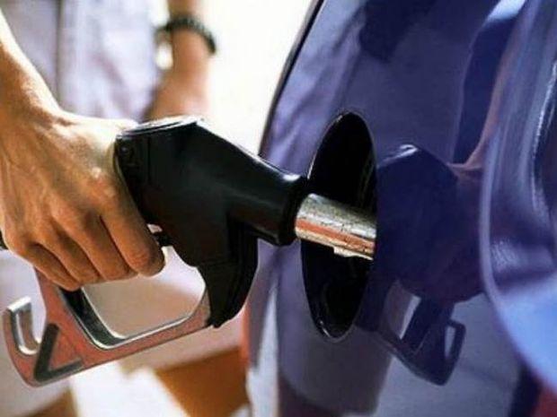 Η φωτογραφία του μήνα: Δυο ξανθιές βάζουν βενζίνη!