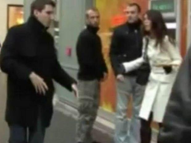 Βίντεο: Της πιάνει τον... στο ΑΤΜ και τρέχει!