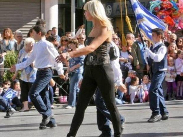«Άριστη μάνα και εκπαιδευτικός» η καλλίγραμμη δασκάλα της παρέλασης