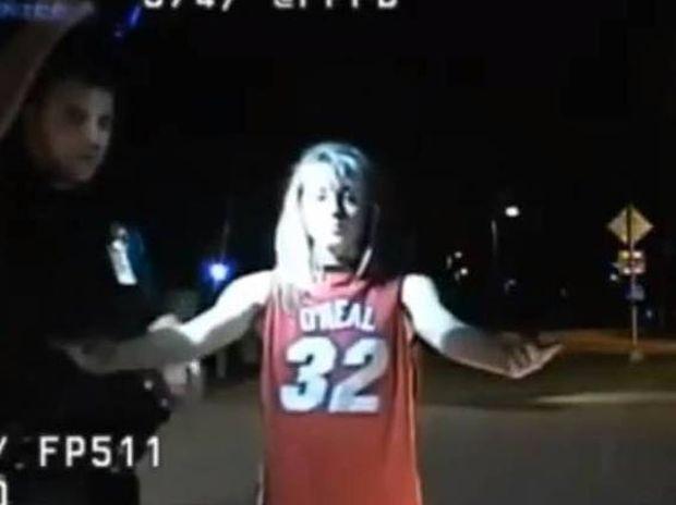 Βίντεο: Μαθήτρια έγινε τύφλα στο μεθύσι και βγήκε βόλτα με τα εσώρουχα