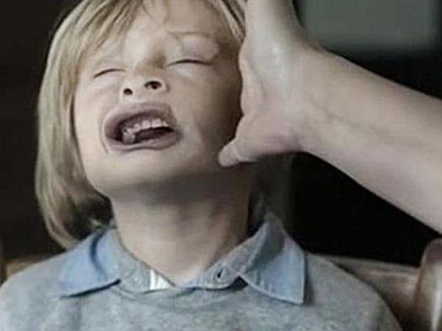 Το χαστούκι της μητέρας: Το βίντεο που καθηλώνει