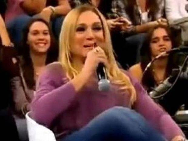 Δεν υπάρχει: Δείτε πως την πάτησε η ξανθιά με το μικρόφωνο (video)