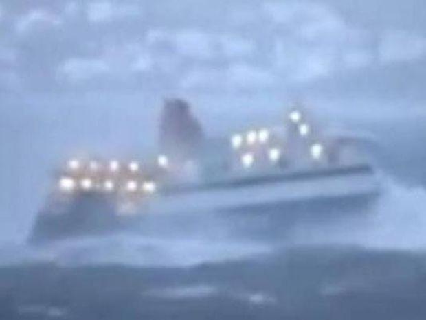 Απίστευτο βίντεο: Μάχη με τα κύματα ανοιχτά της Μυκόνο