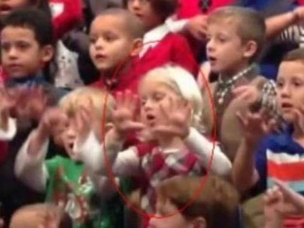 Συγκλονίζει η κόρη ενός κωφού ζευγαριού στη σχολική γιορτή! (video)