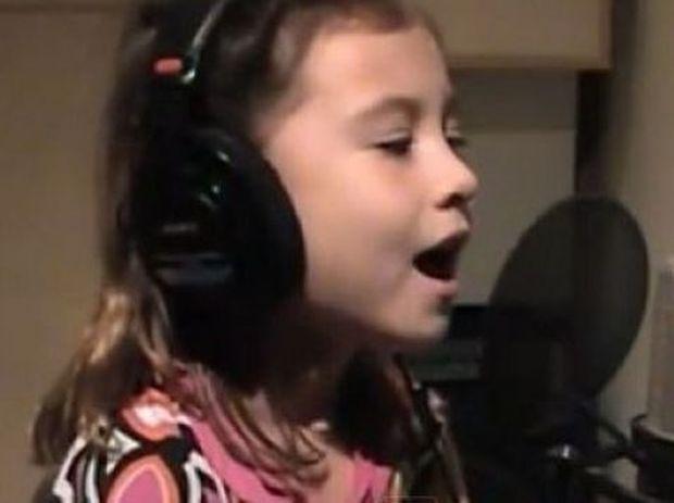 Η 7χρονη με τη «θεία» φωνή τραγουδάει για τη μητέρα που έχασε (video)