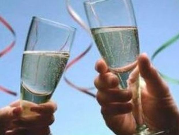 Γιατί τσουγκρίζουμε τα ποτήρια μας;