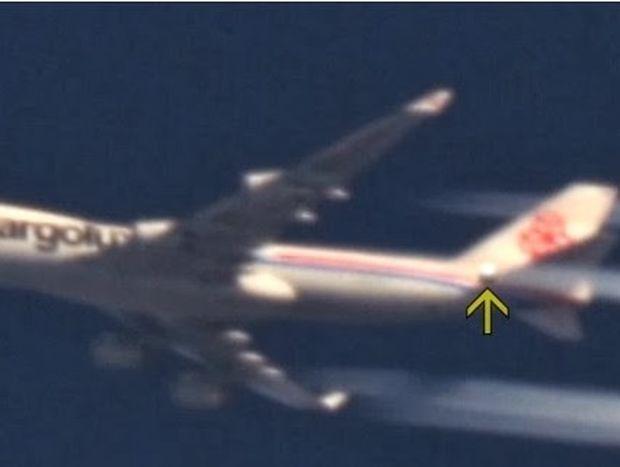 VIDEO: Φωτεινή σφαίρα περνά διπλά από αεροσκάφος στην Ιταλία