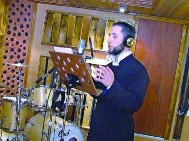 «Ραγίζει καρδιές» ο ιερέας που τραγουδά για παιδιά με καρκίνο (vid)!