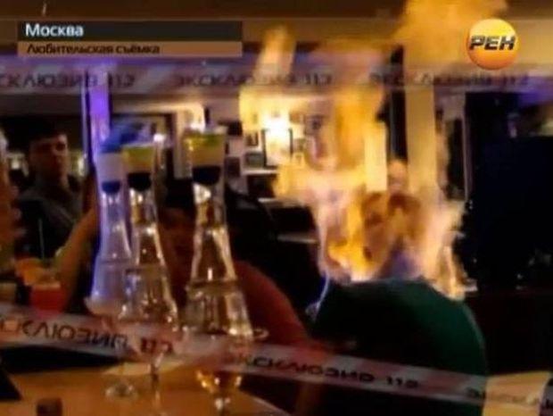 ΑΠΙΣΤΕΥΤΟ ΒΙΝΤΕΟ: Δείτε μπάρμαν να βάζει φωτιά στην πελάτισσα