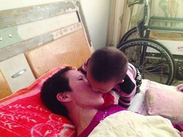 2χρονος έσωσε τη μητέρα του - Την τάιζε στόμα με στόμα για μήνες (ΦΩΤΟΓΡΑΦΙΕΣ)