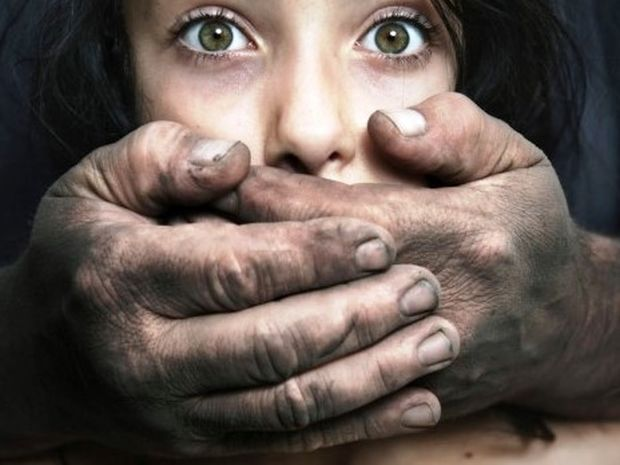 ΜΕΓΑΛΗ ΠΡΟΣΟΧΗ: Αυτά είναι τα 7 πράγματα που κοιτάνε οι βιαστές σε μια γυναίκα!!!