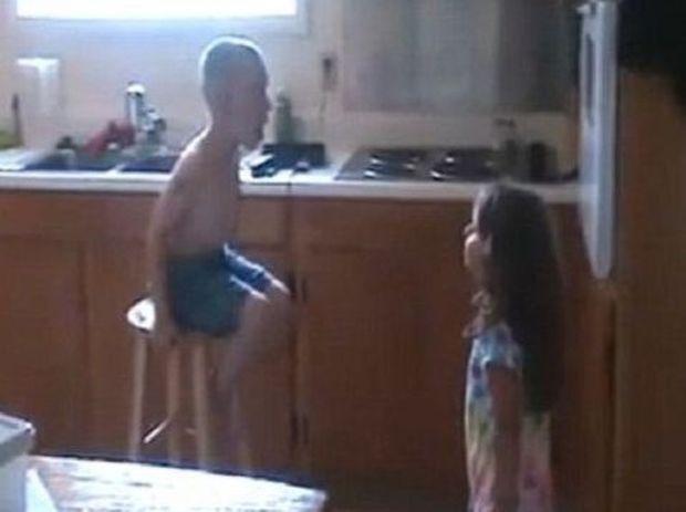 «Εγώ θα σε παντρευτώ!»-Πως μία 3χρονη οδηγεί έναν 4χρονο σε παράκρουση! (βίντεο)