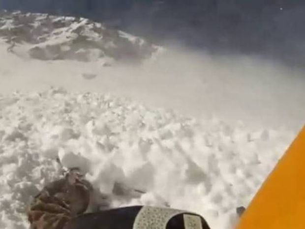 ΕΦΙΑΛΤΗΣ! Σκιέρ αντιμέτωπος με χιονοστιβάδα! (βίντεο)