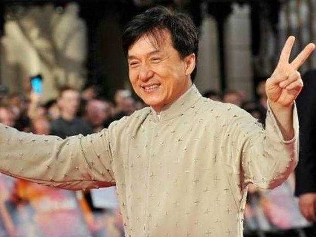 KI OMΩΣ: Ο Τσάκι Τσαν κάποτε χόρευε Ποντιακά (video)