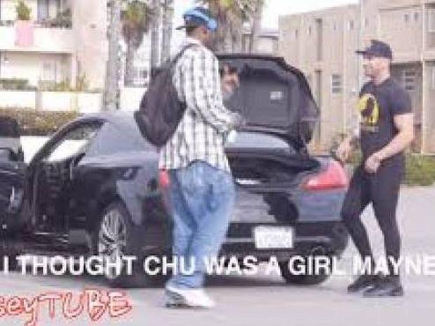 Τι συμβαίνει όταν ένας άντρας φοράει γυναικείο κολάν; (βίντεο)