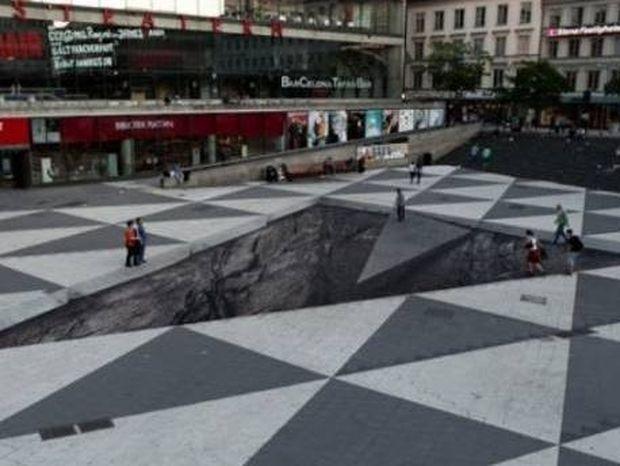 ΕΝΤΥΠΩΣΙΑΚΟ: Δείτε την εκπληκτική οφθαλμαπάτη που έφτιαξε σε πλατεία στη Σουηδία