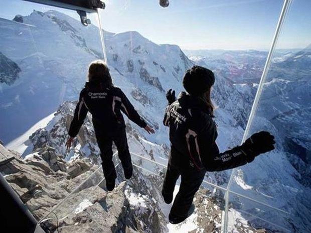 ΤΡΟΜΑΚΤΙΚΟ: Διάφανο μπαλκόνι στα 3.842 μέτρα!