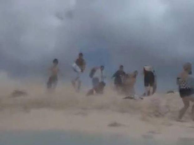 ΑΠΙΣΤΕΥΤΟ VIDEO: Πανικός στην παραλία από απογείωση αεροπλάνου!