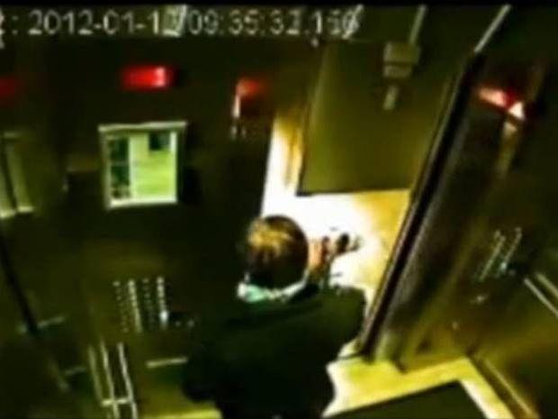 ΣΟΚ: Μπήκε στο ασανσέρ κρατώντας το λουρί και άφησε το σκύλο έξω!