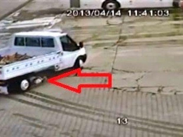 VIDEO ΣΟΚ: Τον πάτησε φορτηγάκι και δεν έπαθε τίποτα