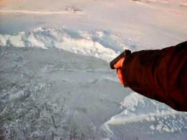 ΑΠΙΘΑΝΟ: Πυροβόλησε στον πάγο αλλά δεν περίμενε αυτό που θα συνέβαινε! (βίντεο)