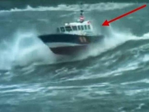 ΣΥΓΚΛΟΝΙΣΤΙΚΟ ΒΙΝΤΕΟ: Κύματα 10 μέτρων σκεπάζουν σκάφος στη θάλασσα!