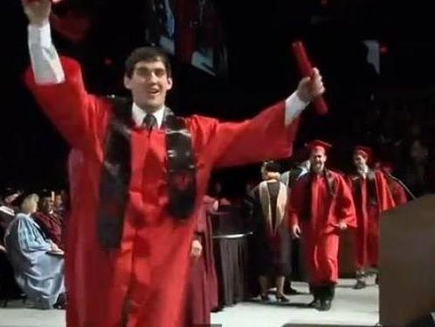 Επικό βίντεο: Ο απόφοιτος που έγινε παγκοσμίως ρεζίλι! Δείτε τι έκανε!