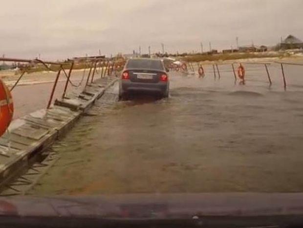 Συγκλονιστικό βίντεο: Πλωτή γέφυρα υποχωρεί!