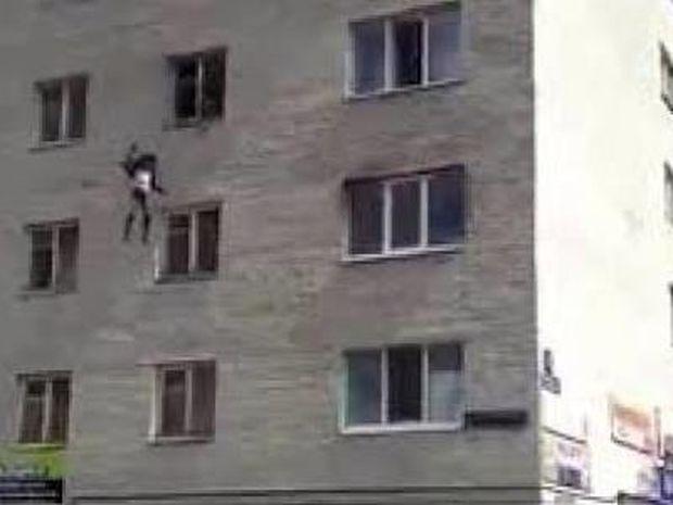 Βίντεο: Πέταξε τα παιδιά της από τον 4ο όροφο για να σωθούν από τις φλόγες