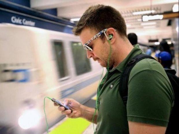 Δείτε πόσο εύκολα μπορεί κάποιος να σας κλέψει το κινητό σας στο Μετρό!