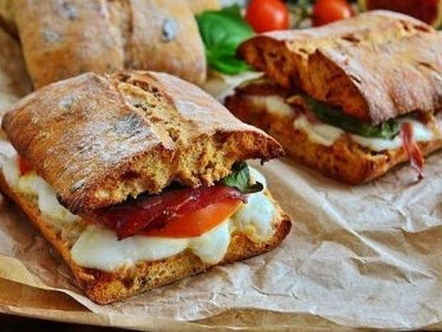 Ένα νόστιμο σάντουιτς για τη δουλειά: Τσιαπάτα καπρέζε με προσούτο