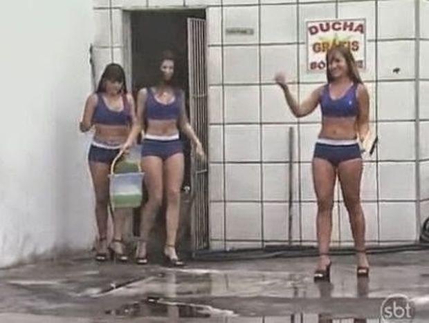 VIDEO: Τρεις καυτές κοπέλες του πλένουν το αμάξι και τότε...