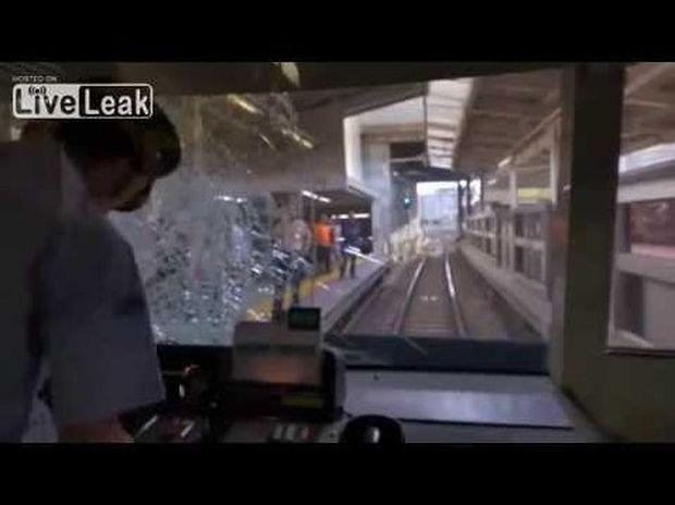 ΣΥΓΚΛΟΝΙΣΤΙΚΟ VIDEO: Κάμερα καταγράφει μοιραίο άλμα σε σιδηρόδρομο της Ιαπωνίας