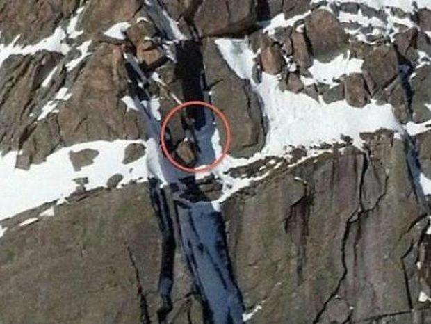 Απίστευτο βίντεο: Έμεινε κρεμασμένος στο βουνό για μια ολόκληρη νύχτα