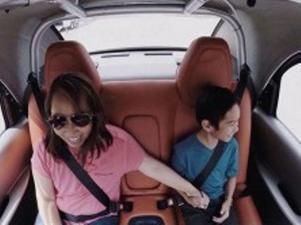 Έκαναν βόλτα με το αυτοκίνητο που οδηγεί μόνο του! (βίντεο)