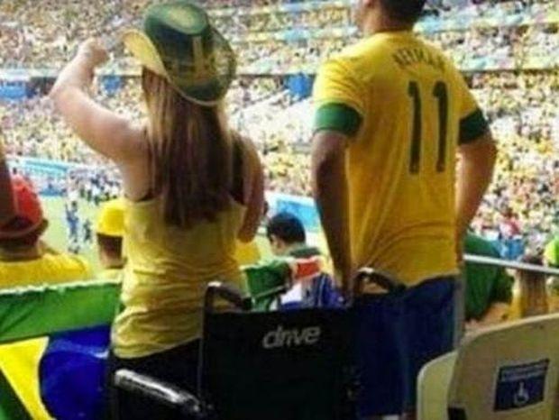 Μουντιάλ 2014: «Ανάπηρη» κατάφερε και στάθηκε στα πόδια της στο γήπεδο!