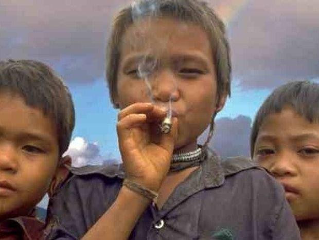 ΑΠΙΣΤΕΥΤΕΣ ΕΙΚΟΝΕΣ: Μια χαμένη φυλή με παιδιά - φανατικούς καπνιστές