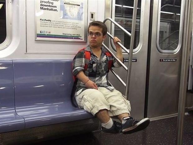 Άντρας με νανισμό αποκαλύπτει τη σοκαριστική καθημερινότητα που ζει (video)