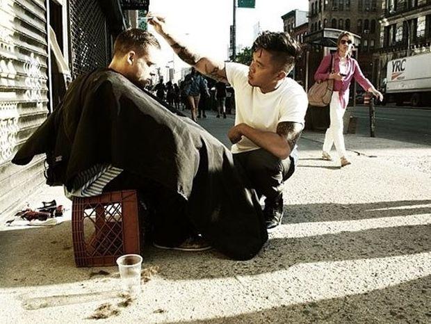 Ο κομμωτής των αστέγων της Νέας Υόρκης (pics)