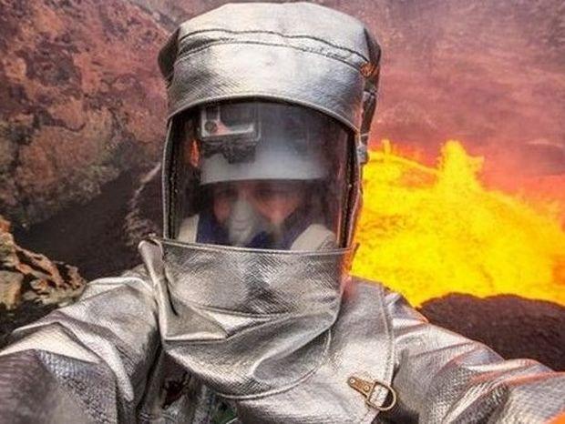 Ο Έλληνας που μπήκε μέσα σε ηφαίστειο και έβγαλε selfie (video)