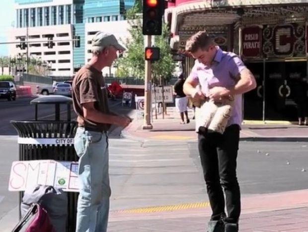 Πλησίασε τον άστεγο και αυτό που ακολούθησε δεν το περίμενε κανείς (video)