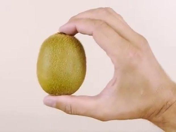 ΧΡΗΣΙΜΟ: Πως να ξεφλουδίσετε ακτινίδια και μάνγκο (βίντεο)