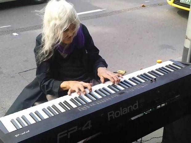 80χρονη παίζει αρμόνιο στους δρόμους της Μελβούρνης και μαγεύει τους περαστικούς!