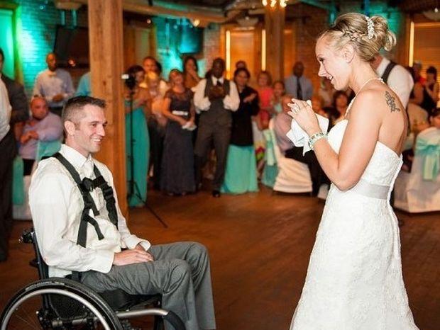 Συγκινητικό: Σηκώνεται από το αναπηρικό καροτσάκι και χορεύει με τη γυναίκα του (pics+video)