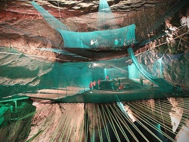 Απίστευτο: Σε ορυχείο οι τουρίστες κάνουν... τραμπολίνο!