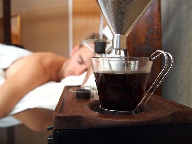 Αυτό το ξυπνητήρι σου φτιάχνει και καφέ...!