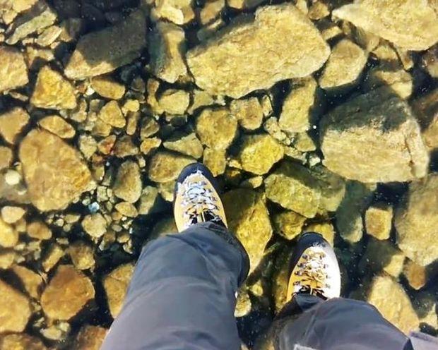 ΕΝΤΥΠΩΣΙΑΚΟ: Περπατώντας πάνω σε μια παγωμένη λίμνη με πεντακάθαρα νερά