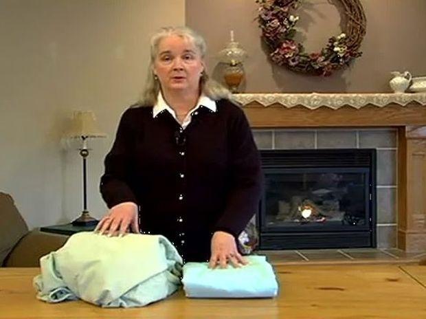 Πως να διπλώσετε ένα σεντόνι με λάστιχο (Video)