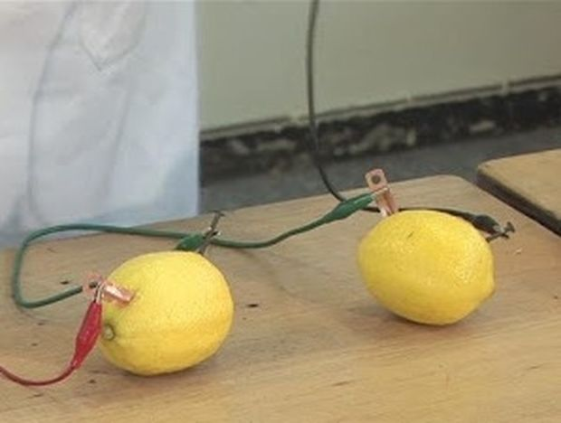 Πώς να δημιουργήσετε ηλεκτρικό ρεύμα με φρούτα (βίντεο)